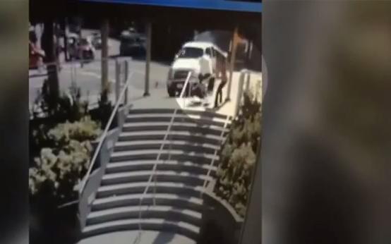 Mulher consegue reagir ao acidente com a rapidez necessária (YouTube)