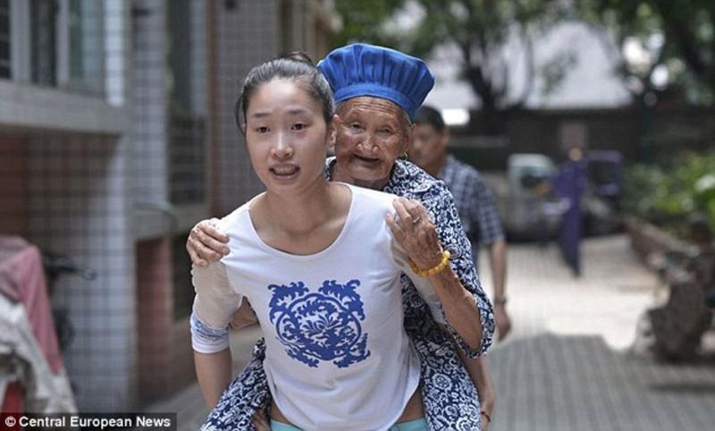 Huang Lihua carrega a avó para o trabalho