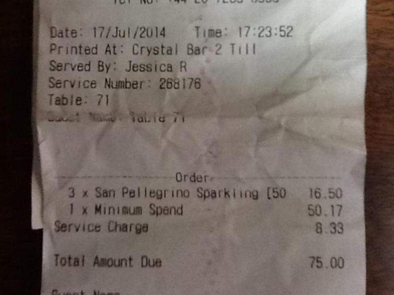 Britânico paga 94 euros por três garrafas de água (Reprodução / Twitter / Edward Heaton)