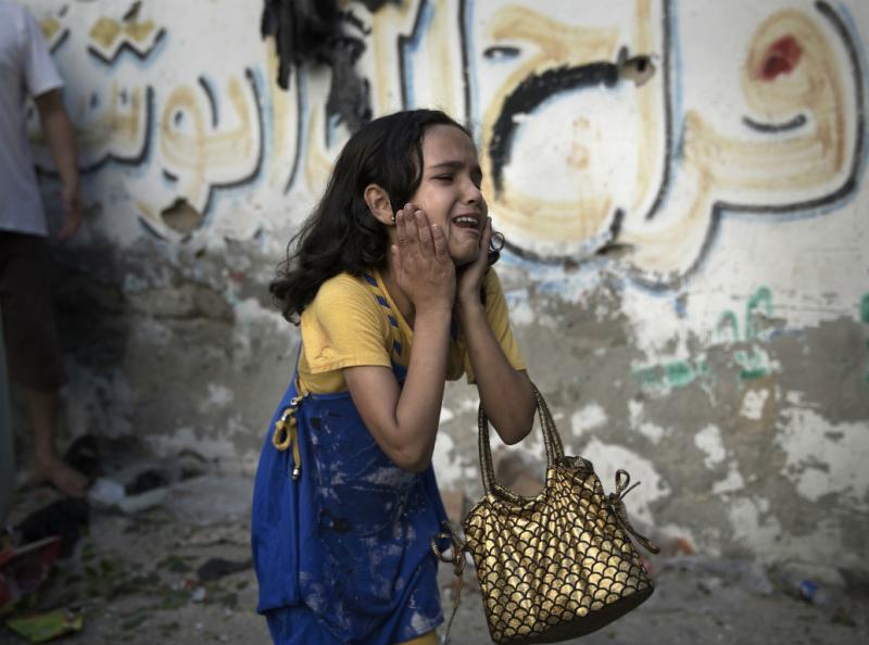 Menina de dez anos reage a explosão na Faixa de Gaza (Reuters)