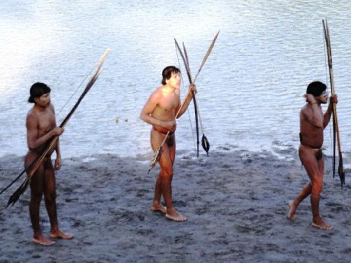 Primeiro encontro com índios da Amazónia (Foto: FUNAI)