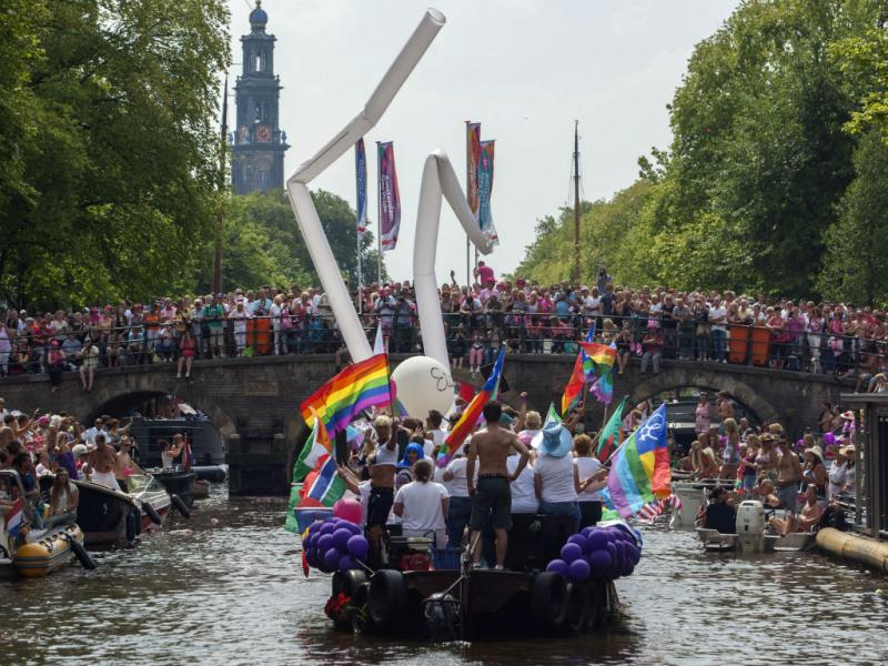 Marcha do Orgulho Gay em Amesterdão com homenagem às vítimas do MH 17 (REUTERS)