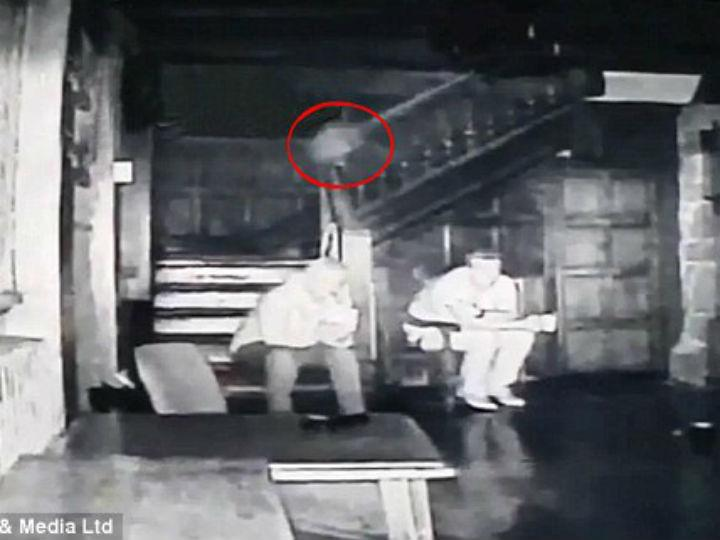 Caça-fantasmas filma espíritos