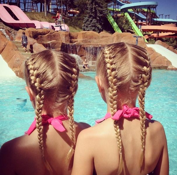 Mãe é um sucesso a fazer tranças às gémeas de 6 anos (Foto: Instagram)