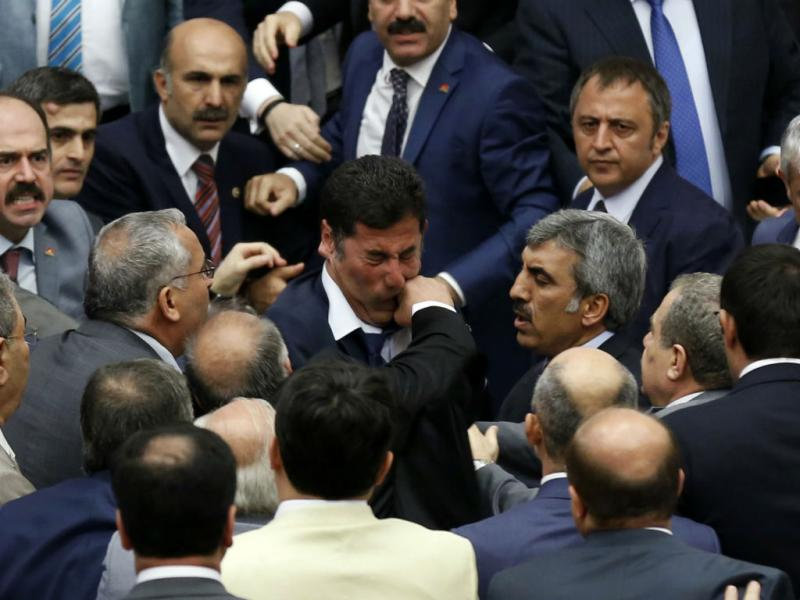 Confrontos no Parlamento de Ancara, na Turquia (RUTERS)