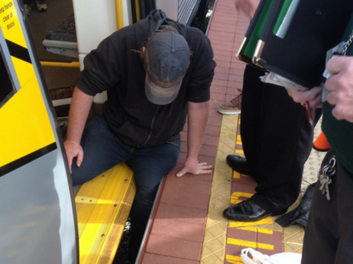 Homem fica preso entre o comboio e a plataforma (Foto: Twitter)