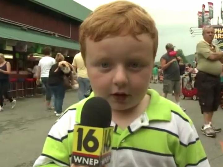 Mini repórter surpreende à frente das câmaras (Reprodução Youtube)