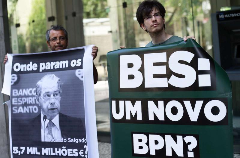 Protesto junta dezenas em frente à sede do BES (EPA/António Cotrim)