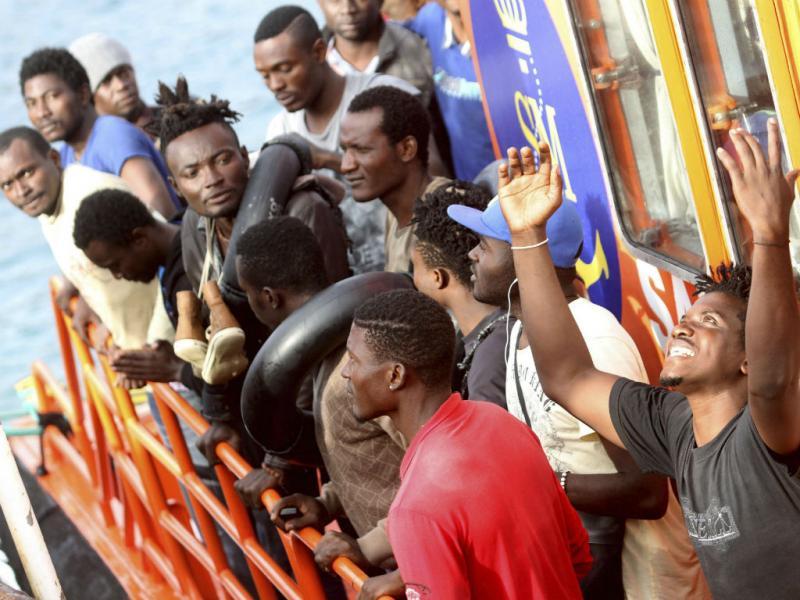 Mais 232 imigrantes resgatados pelas autoridades espanholas. Bom tempo tem aumentado as tentativas de chegar à Europa nos últimos dias. EPA/A. CARRASCO RAGEL