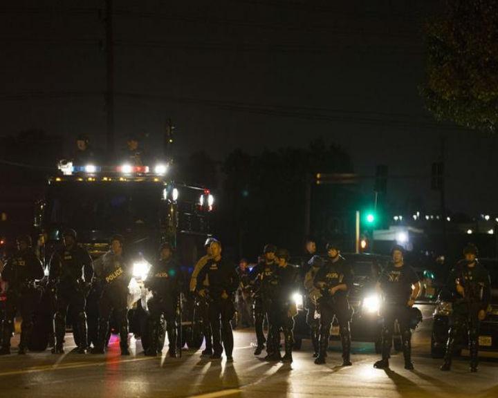 A morte de um jovem de 18 anos pela polícia gerou um clima de violência em Ferguson, no Missouri (Reuters)