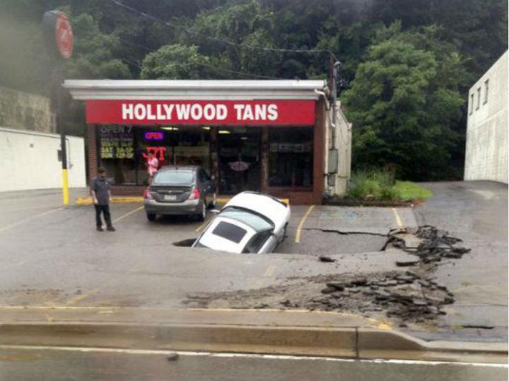 Buraco engole carro num parque de estacionamento (Reuters)