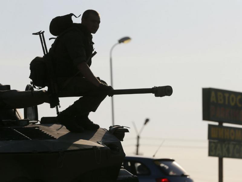 Tanques russos em movimento junto à fronteira (REUTERS)