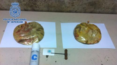 Escondeu 1,7 kg de cocaína nos implantes de silicone