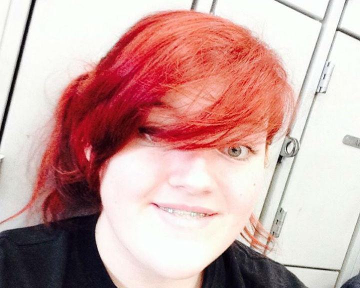 Hayleigh Black foi impedida de frequentar as aulas por ter o cabelo pintado de vermelho (Reprodução: Facebook)