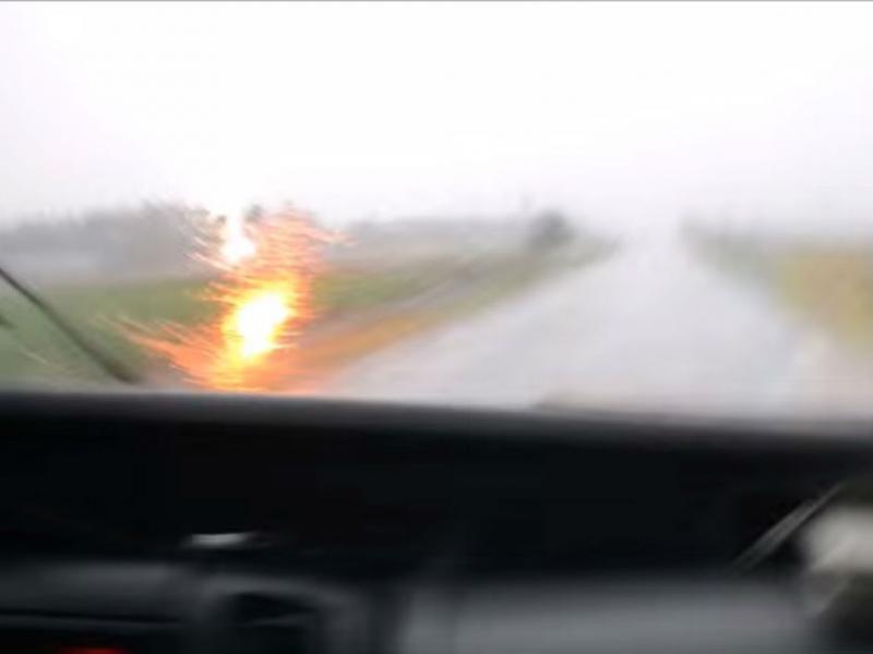 Raio quase atinge automóvel