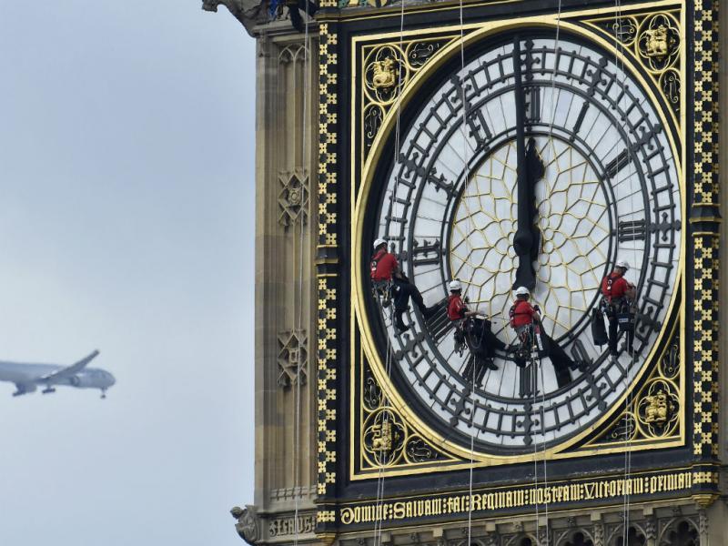 Trabalhadores limpam o mais famoso relógio do mundo, o Big Ben, em Londres (REuters)