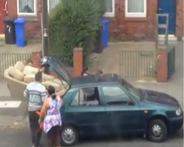 Vídeo mostra as várias tentativas de uma família para transportar um sofá de grandes dimensões na mala de um carro pequeno (YouTube)