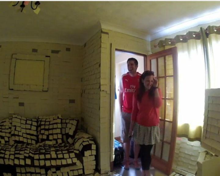 Casal regressa a casa e descobre que a residência está forrada com papéis post-it (YouTube)