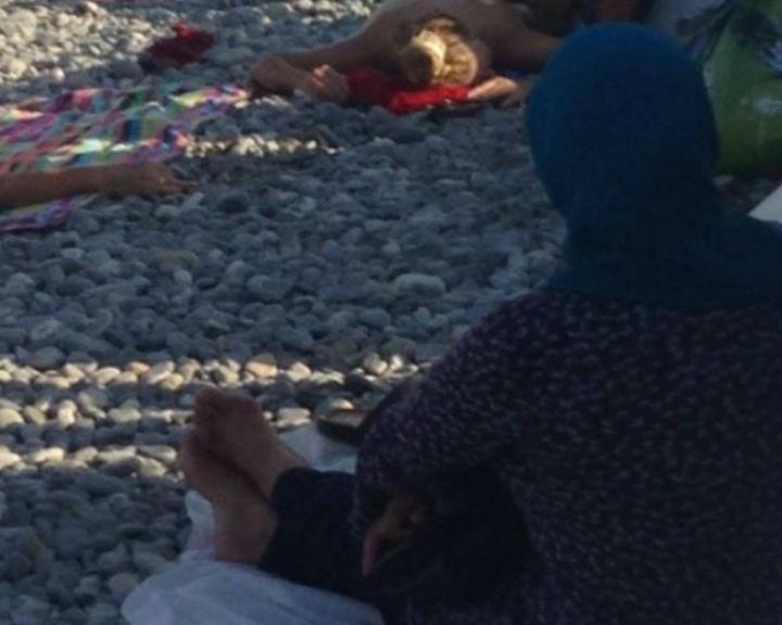 Nadine Morano publicou a imagem de uma mulher muçulmana vestida na praia (Reprodução/Facebook)