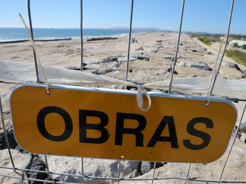 Reposição de areia na praia (Lusa)