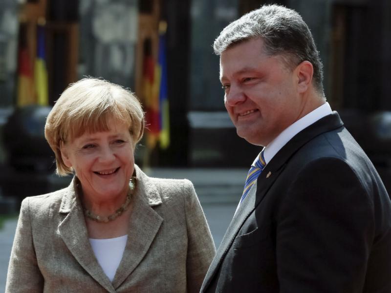Chanceler alemã com o presidente ucraniano Petro Poroshenko. Merkel está de visita à Ucrânia (Reuters)