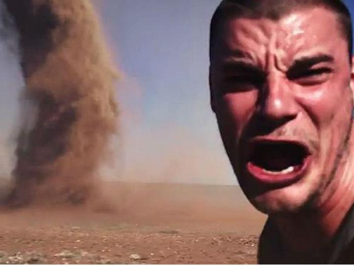 Selfie ao lado de tornado. Verdade ou montagem? (Reprodução Youtube)