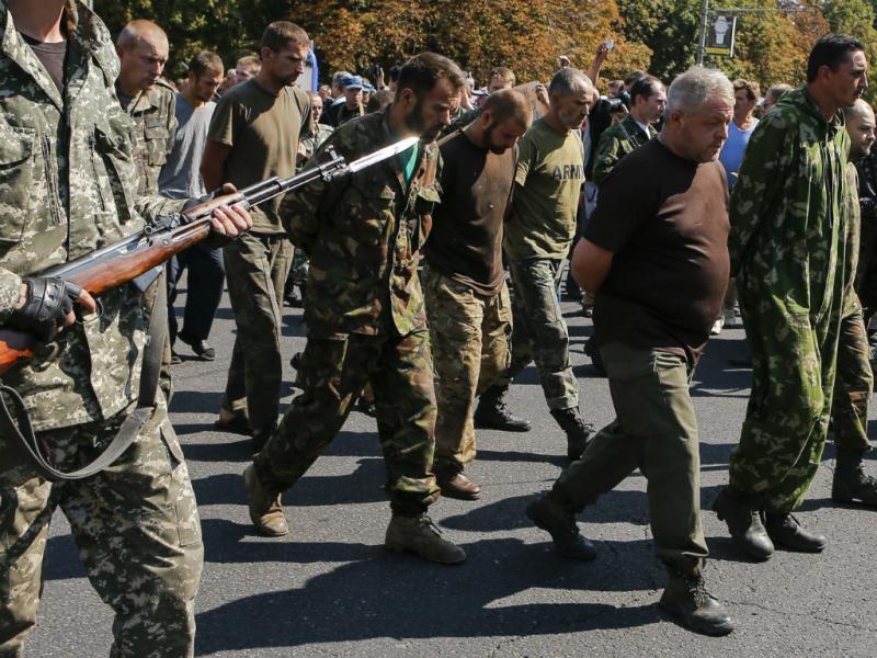 Ucrânia: Rebeldes apresentam dezenas de prisioneiros de guerra em Donetsk (Reuters)