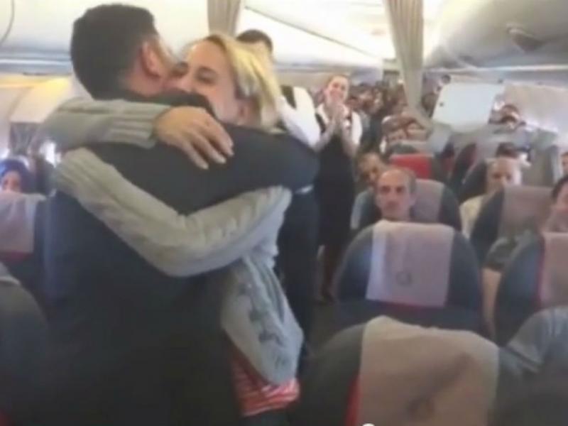 Piloto pede namorada em casamento em pleno voo
