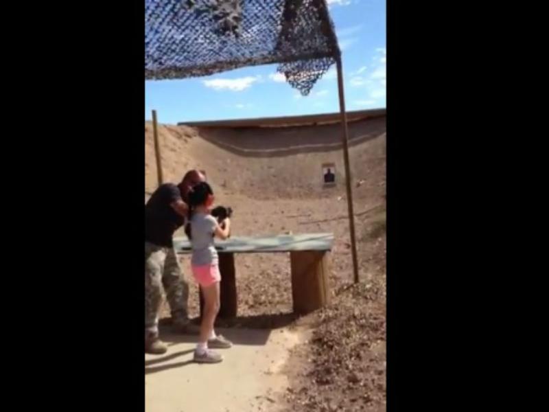 Menina de 9 anos mata acidentalmente o instrutor de tiro