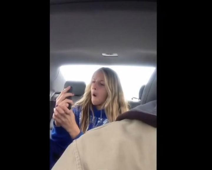 Pai filmou sessão de selfies da filha (Reprodução/ YouTube)