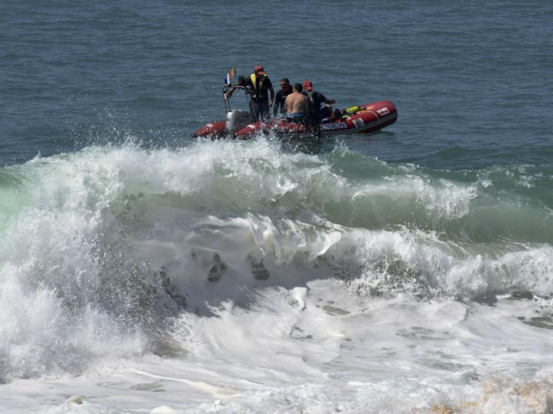 Casal levado pelo mar da Nazaré (Lusa/Carlos Barrosa)