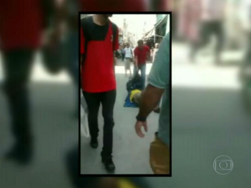 Homem arrasta sem-abrigo pelo chão no Rio de Janeiro (Reprodução Globo)