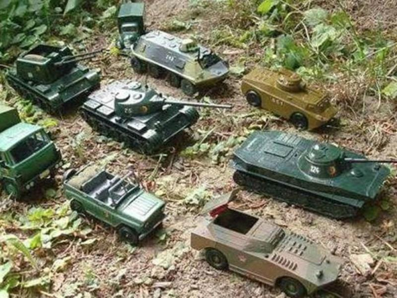 Russos troçam da NATO com tanques de brincar (Reprodução Twitter)