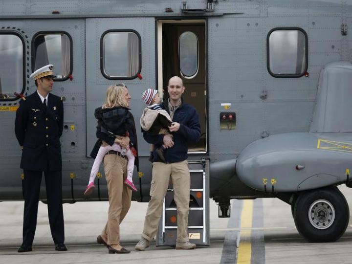 Nicolas Hénin, com a família, depois de ter sido libertado em abril (Reuters)