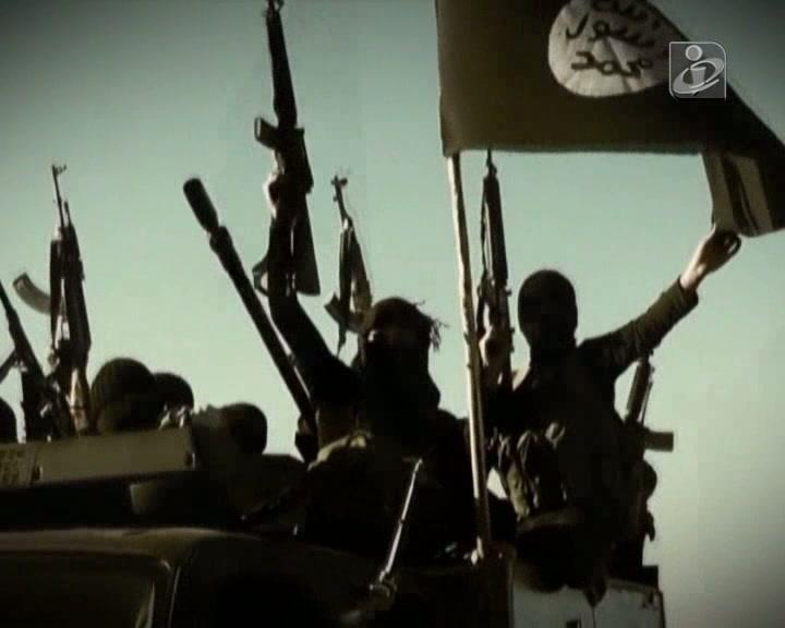 Jihadistas do Estado Islâmico combatem com armas americanas