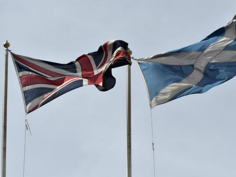 Bandeiras do Reino Unido e da Escócia [Foto: Reuters]