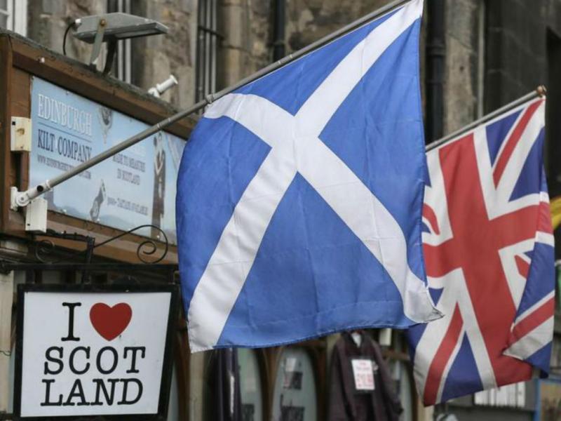 Bandeiras da Escócia e do Reino Unido [Foto: Reuters]