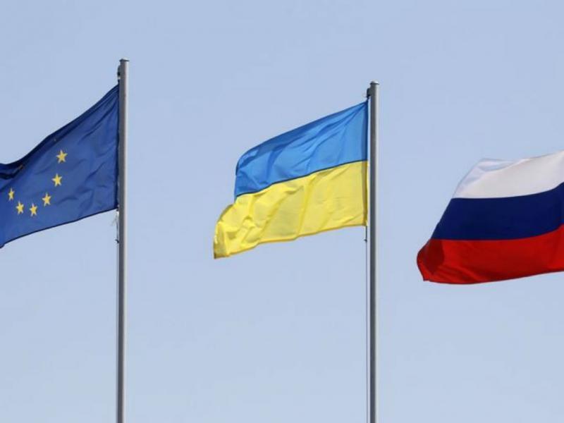 Bandeiras da UE, Ucrânia e Rússia [Foto: Reuters]