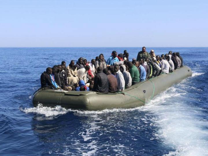 Imigrantes ilegais provenientes de países africanos chegam à Europa em barcos que não têm condições de segurança (Reuters)