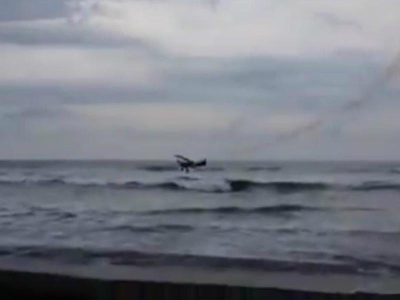 Avião cai na água e piloto sai a nado