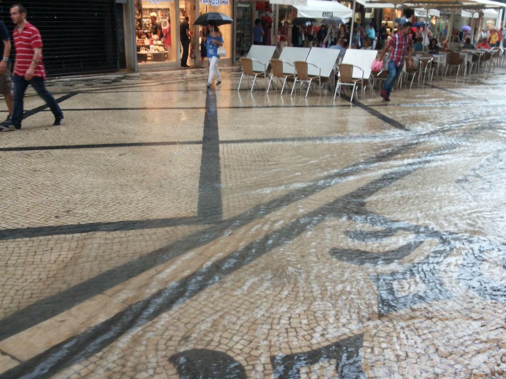 Mau tempo em Lisboa - Rua Augusta [Foto: Dulce Lima / euvi@tvi.pt ]