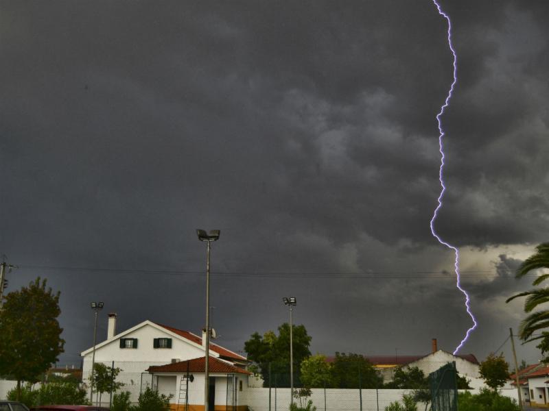 Mau tempo em Portugal - Relâmpago em Azinhaga do Ribatejo [Foto: Diogo Narciso / euvi@tvi.pt]