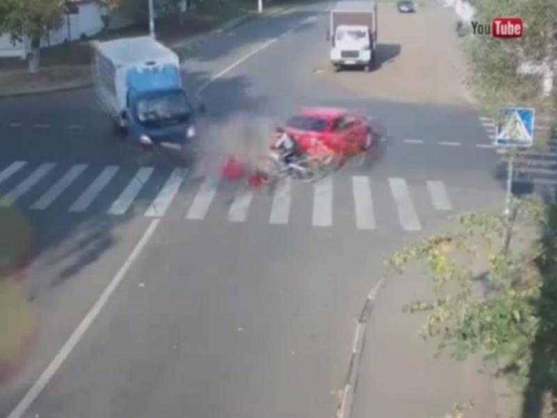 Ciclista escapa por um triz a violento acidente [Imagem Youtube]
