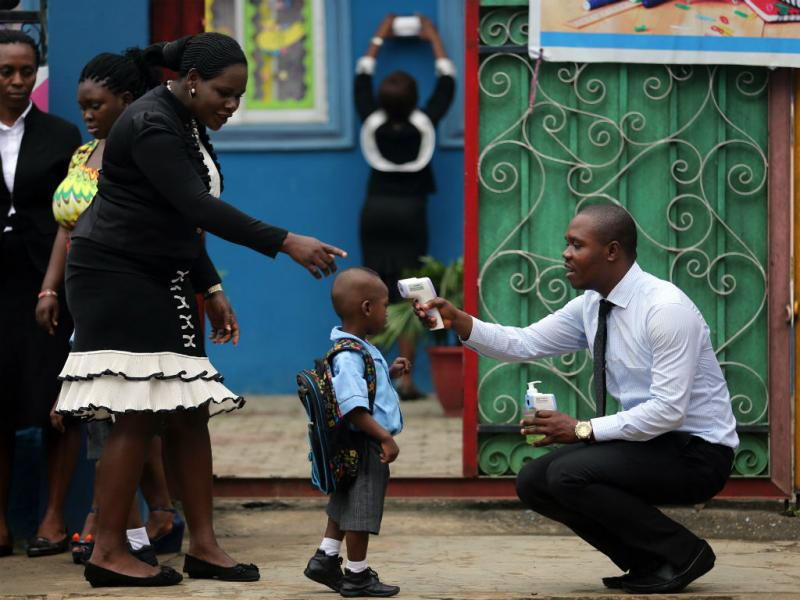 Despistagem do ébola numa escola nigeriana (REUTERS)