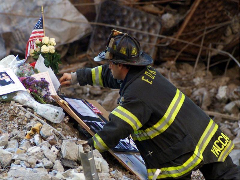 Bombeiro nos destroços do 11 setembro (Reuters)