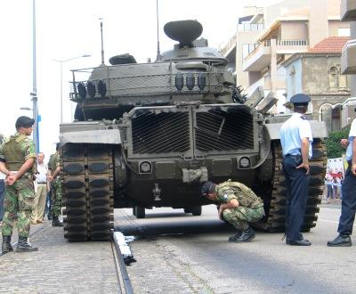 Tanque avaria no dia da Pátria, quando Cavaco defende modernização das Forças Armadas