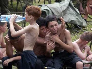 Crianças reconfortam-se umas às outras, já fora da escola.