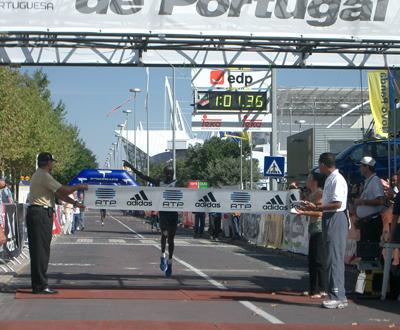 Atleta queniano corta a meta em primeiro lugar