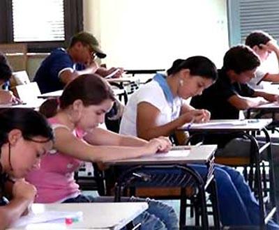 Alunos durante o exame nacional