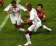 Mundial, dia 27 (Portugal-França, Figo com Abidal e Malouda)